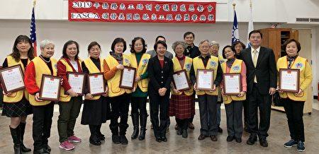 获表彰的侨务志工。