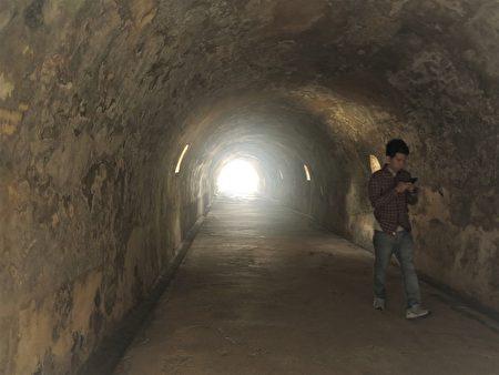 西臺古堡牆身厚達 2尺,隧道長13尺。