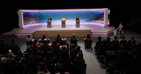 2020總統大選唯一一場電視辯論會29日下午登場,民進黨總統候選人蔡英文(右)、國民黨總統候選人韓國瑜(左)、親民黨總統候選人宋楚瑜(中)首度同台辯論。(台北市攝影記者聯誼會提供)