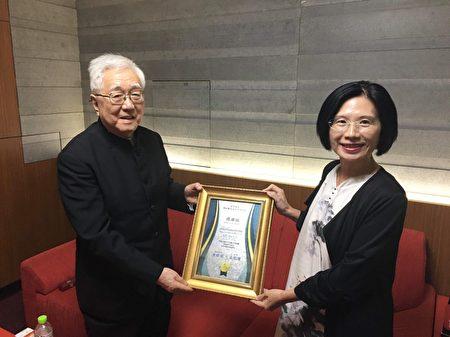 茑松艺术高中家长会长童郁茹(右)致送感谢状予高龄91岁旳秋山纪夫指挥。