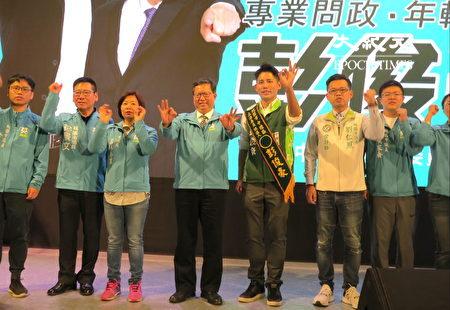 桃園市長鄭文燦(中左)期許中壢區立委參選人彭俊豪高票當選。