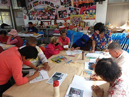 松竹社区长辈在志工协助下,看着老旧照片,一边临摹创作,一边聊起照片中的老故事。