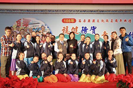 苗縣教育處長徐永鴻與苗栗國中舞蹈班合影。