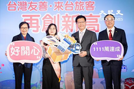 交通部長林佳龍(右2)、觀光局長周永暉(右1)及台灣觀光協會長葉菊蘭(左1)歡迎今年來台灣的第1111萬名旅客、來自韓國的鄭年朝(左2)。