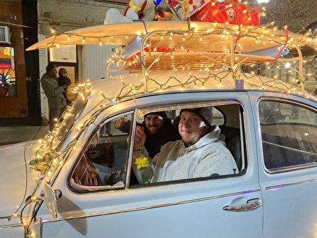 拿着花色莲花吊坠的花车司机。