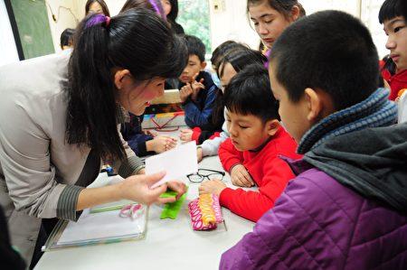 視障講師袁佳娣(左)教小朋友點字寫卡片和剪幸運草圖案