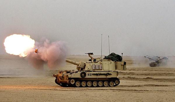 2003年2月13日,美國陸軍M-109A6帕拉丁155毫米自行榴彈砲在科威特北部伊拉克邊界附近的實彈演習。(Scott Nelson/Getty Images)