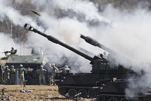 2012年3月15日,美國陸軍M109A6帕拉丁自行榴彈砲在南韓抱川市的美國陸軍羅德里格斯(Rodriguez)靶場射擊。(Kim Hong-Ji/AFP via Getty Images)