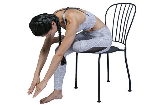 基本的筋膜放鬆操之四:在做的過程中,按壓並伸展大腿外側根部。(幸福文化提供)