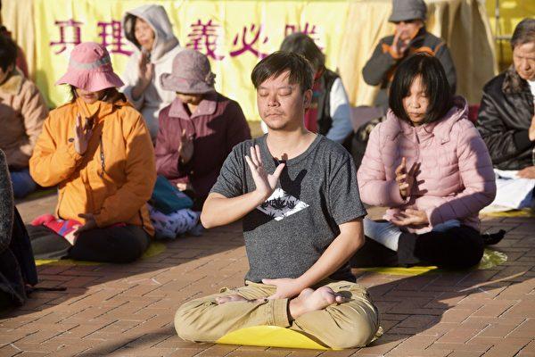 香港法輪功學員在愛丁堡廣場發正念。(余鋼/大紀元)