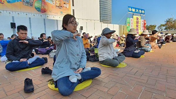 香港法輪功學員在愛丁堡廣場煉功。(孫明國/大紀元)