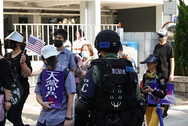 周六,港人在中環舉行「感謝美國保護香港大遊行」集會活動,期間多次高呼「天滅中共」「驅逐共黨」,在防暴警察的監視下,步行前往美國駐港領事館。(余鋼/大紀元)