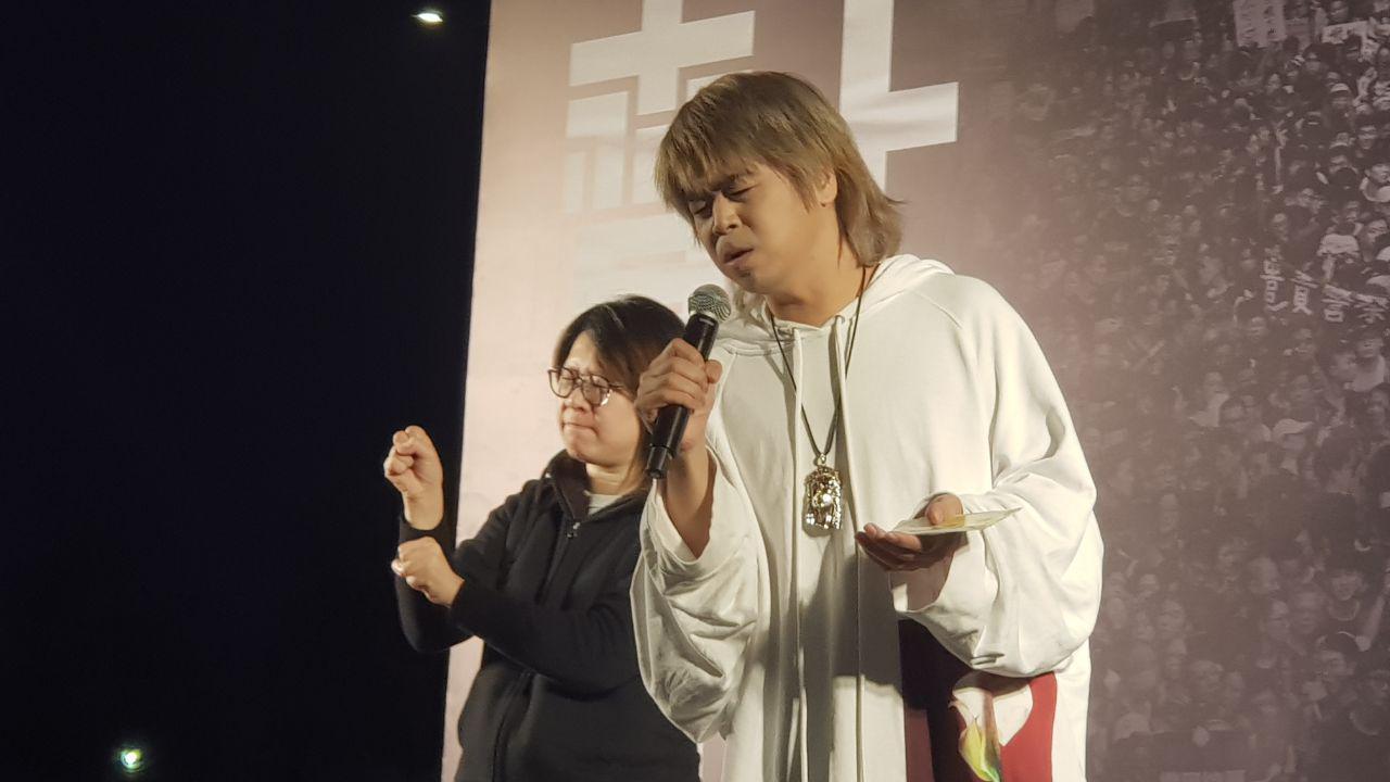12月12日,香港反送中運動半年,香港歌星阮民安在中環愛丁堡廣場集合上演唱聲援集會。(駱亞 / 大紀元)