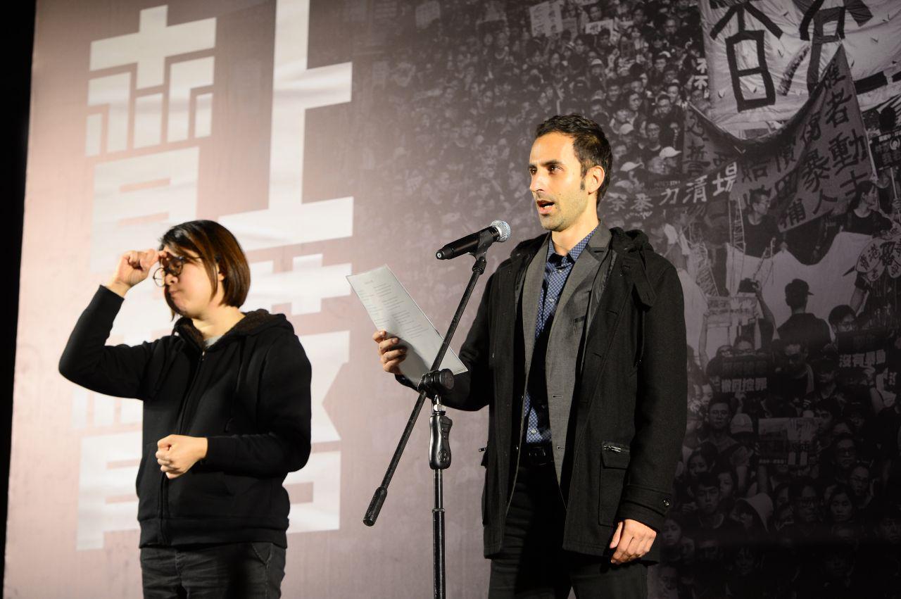 12月12日中環愛丁堡廣場齊上齊落集會上,意大利男高音Stefano Lodola演唱,聲援港人反送中運動。(宋碧龍 / 大紀元)