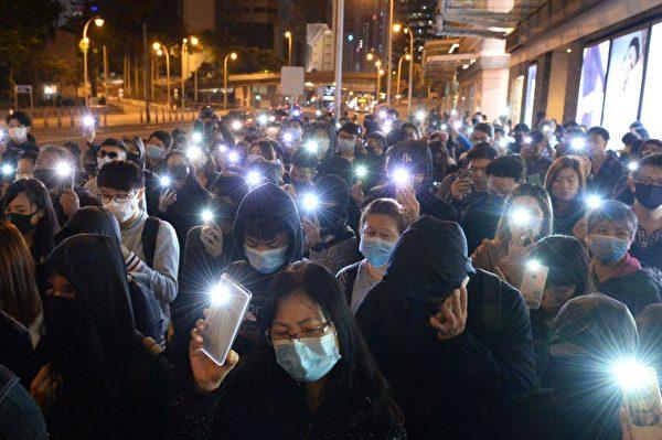 抗爭者參加2019年12月15日晚「抗爭半周年梁凌傑追悼會」,許多人表示一定要為死去的義士爭取到公義。(宋碧龍/大紀元)