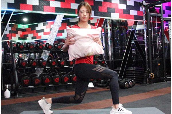 边看电视边瘦身的懒人运动之三:弓箭步转体。(World Gym提供)