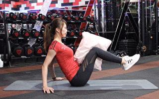 節假日不想動?不妨趁著看電視的時間,用一個枕頭做簡單的燃脂運動。(World Gym提供)