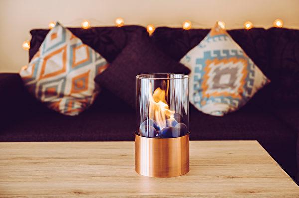 如果你家沒有壁爐,也別急著沮喪,攜帶式壁爐會是你的最佳選擇。(shutterstock)
