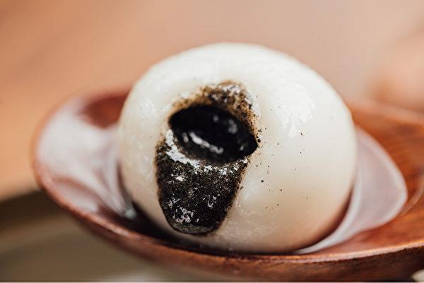 湯圓的外皮食材是糯米粉,吃多了較難消化,它的熱量也很驚人。(Shutterstock)