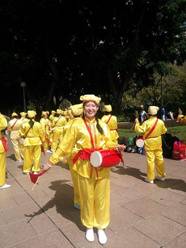 安媛能在澳洲自由地參加法輪功腰鼓隊表演,非常開心。(本人提供)