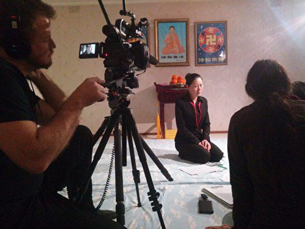 圖為安媛接受澳洲主流媒體的採訪。(本人提供)