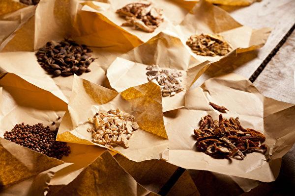 感冒喉咙痛老是好不了,哪些中药方可以治疗止痛?(Shutterstock)