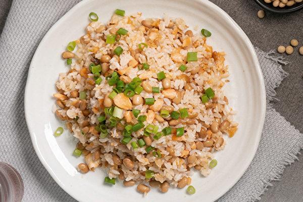 黃豆料理食譜:鮭魚黃豆炒飯。 (行政院農糧署提供)