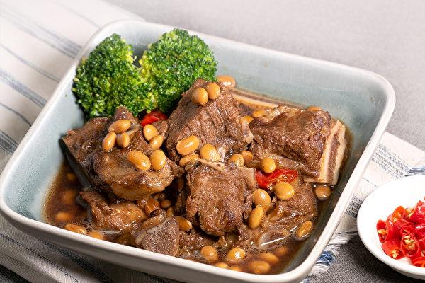 黃豆料理食譜: 黃豆滷排骨。(行政院農糧署提供)
