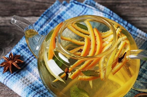不论是水煮或烘烤,都能降低橘子的寒性,使寒性体质的人也能放心食用。(Shutterstock)