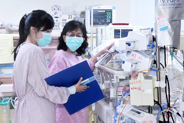 许琼心从早忙录到晚,看检验报告、下指令,让整个新生儿医疗团有效率运作。(黄宗茂/大纪元)