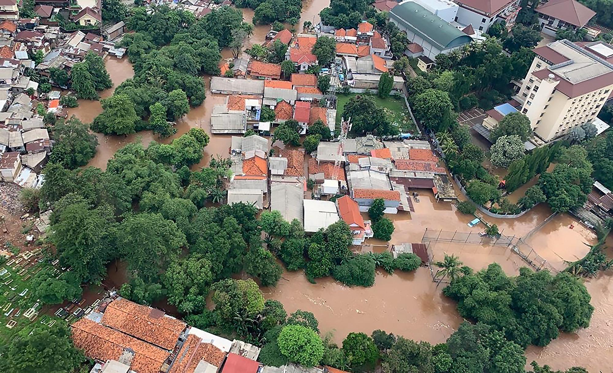 7年來最嚴重洪災釀43死 印尼啟用人工阻雨