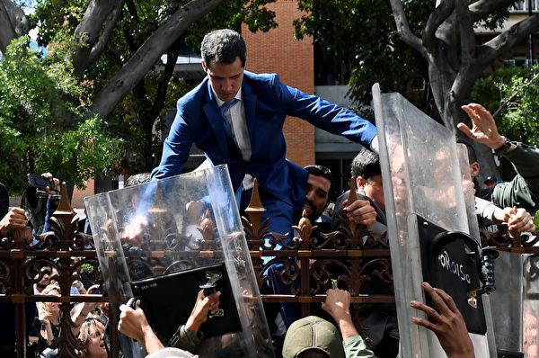 圖為1月5日瓜伊多試圖進入國民議會,遭到馬杜羅的安全部隊阻擋。 (Federico Parra / AFP)