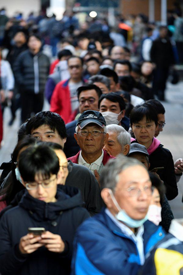 這次投票吸引了大批台灣選民參加,成千上萬人專程從國外趕回投票。他們普遍認為,這次的選舉將決定台灣是否將延續民主自由的道路。(Photo by Sam Yeh / AFP)