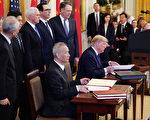 美东时间1月15日,美国总统川普和中共副总理刘鹤签署美中第一阶段贸易协议。(Photo by MANDEL NGAN / AFP)