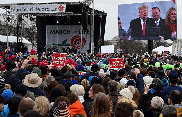 參加遊行的大批民眾。(Photo by OLIVIER DOULIERY / AFP)