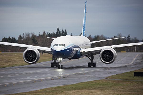 這架飛機是有史以來最大的雙引擎噴氣式飛機,機翼跨度超過235呎,且具有摺疊式翼梢。(Photo by Jason Redmond / AFP)