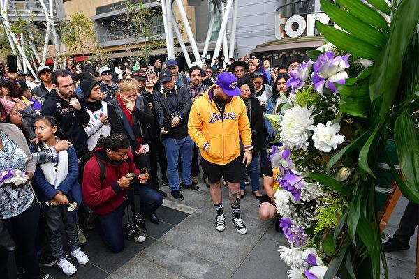 人們聚在一起悼念科比。(Photo by Frederic J. Brown / AFP)