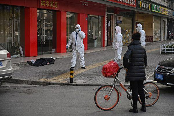 周四(1月30日)有法新社記者親眼目睹並拍攝到一男子倒斃街頭。相關單獲報後,多名全身防護的警察及醫務人員趕到現場。(Hector RETAMAL/AFP)