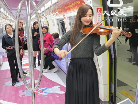 彩绘列车优雅乐声中启动。