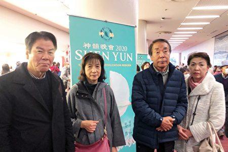 公司的常務董事山口籐雄(左一)和兄長(右二)攜家人,在福岡太陽宮音樂廳觀看了1月22日下午的神韻演出。(牛彬/大紀元)