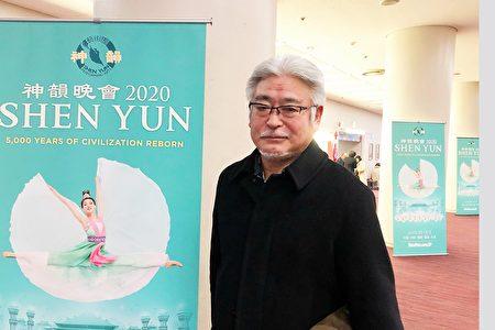 房地產公司社長上原浩嗣在福岡太陽宮音樂廳觀看了1月22日下午的神韻演出。(牛彬/大紀元)