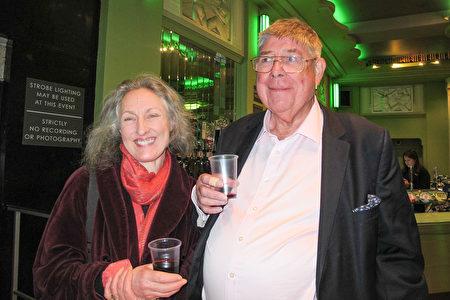 1月21日,Ella Galinski(左)觀看了神韻在倫敦的演出。(麥蕾/大紀元)