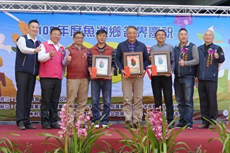 魚池茶改分場推薦的優秀農友接受頒獎。