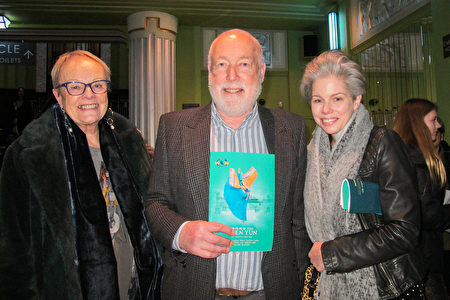 2020年1月26日下午,Simon Churchill先生和太太及兒媳觀看了神韻在倫敦的演出。(麥蕾/大紀元)
