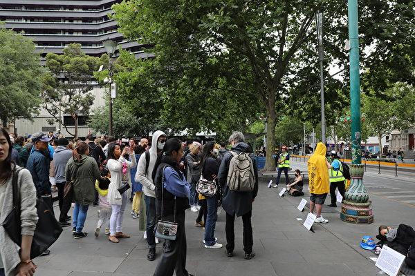 2020年1月5日,全球接力、串連撐港活動「香港抗暴,真人街頭展覽」在墨爾本市中心的州立圖書館前舉行。(Grace Yu/大紀元)