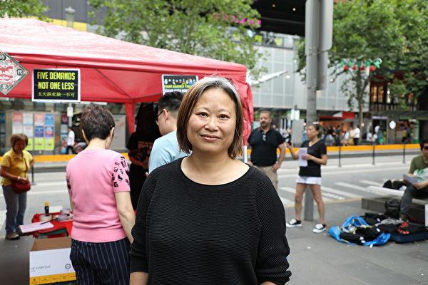 活動發起人之一的潘女士(Jane Poon)對身在香港的抗爭者說:「不要放棄。」「我們堅持才會看見希望,無論要花多少年月。」(Grace Yu/大紀元)
