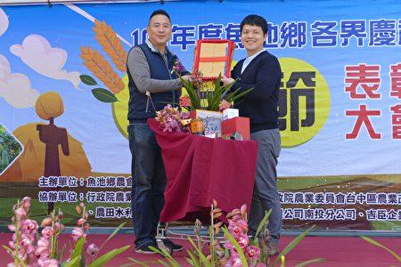 魚池鄉農民代表沈詠為(右)向農會理事長劉啟行(左)呈獻108年農業成果。