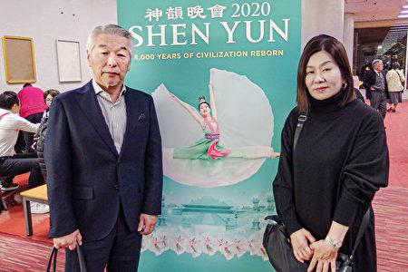 公司老闆野中善博(Nonaka Yoshihiro)和夫人在福岡太陽宮音樂廳觀看了1月22日下午的神韻演出。(任子慧/大紀元)