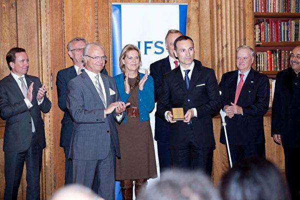 2011年10月17日,瓦西柳斯·祖樸尼第斯獲得「國王卡爾十六世古斯塔夫獎」。(Vasilios Zoupounidis/Facebook)