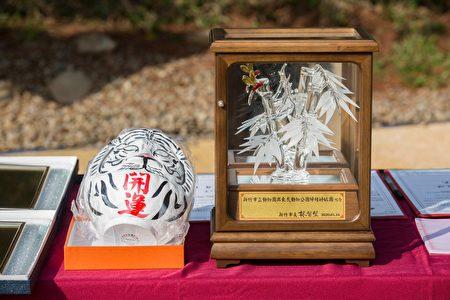 伴光雄社长送上园内的明星白虎意象的开运达摩,副市长沈慧虹则代替市长林智坚回赠象征节节高升的竹子玻璃工艺作品。